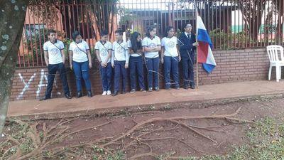 Itapúa: estudiantes del colegio nacional de Mayor Otaño se encadenan frente a la intendencia