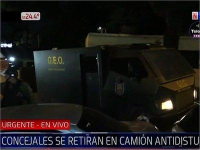Concejales de Lambaré tuvieron que salir en un camión blindado