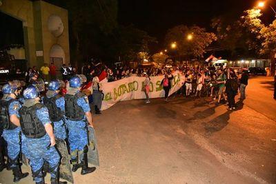 Manifestantes vuelven a cerrar para de la avenida frente al Botánico