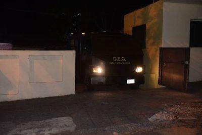 Bajo custodia policial, concejales abandonan sede de sesión