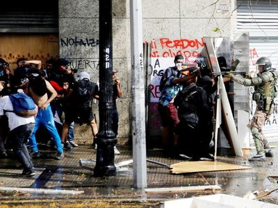 Medidas de Piñera no  frenan las protestas y sigue el toque de queda