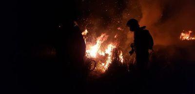 Bomberos de Carapeguá lucharon en condiciones precarias contra incendio de pastizales