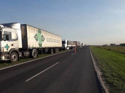 Productores argentinos denuncian 'monopolio' y cierran paso a camiones paraguayos