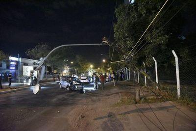 Aparatoso accidente destruye vehículo y columna