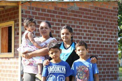 Construyen y donan vivienda a humilde familia de Itapúa