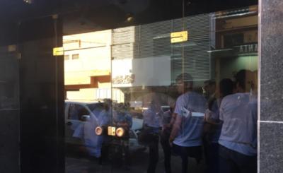 HOY / Docentes toman edificio del MEC e impiden entrada y salida