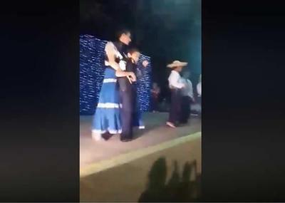 Ejemplo de amor y vocación: Maestra bailó con alumno con discapacidad