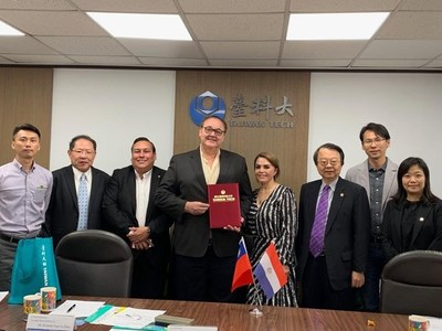 UNE defiende a conocido planillero que se paseó con gobernador por Taiwán