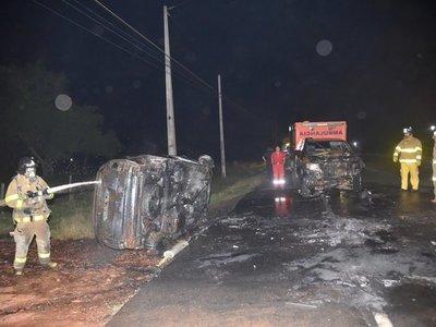 Violento choque frontal entre una ambulancia y un auto en Ypané