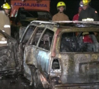 Vehículo se incendia tras choque frontal sobre Acceso Sur