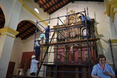 Apuntalan retablo jesuítico a punto de colapsar en Santiago