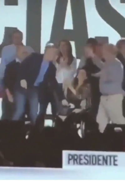"""¿Discriminación? Macri utilizó a su vicepresidenta como """"mesita"""" (video)"""