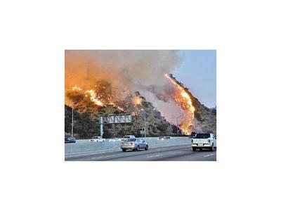 Alertan que fuertes vientos alimentan el fuego en California