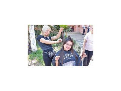 Donan mechas de cabello para personas con cáncer  en Guairá