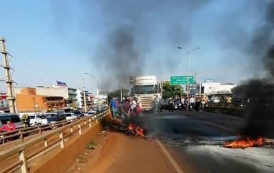 Motocicleta arde en llamas tras accidente sobre viaducto del km 4