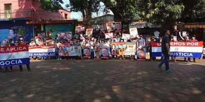 Con pasacalles y afiches, manifestantes piden imputación de comerciante coreano