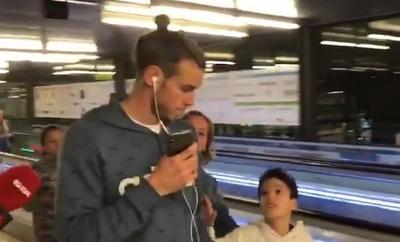 Estrella del Real Madrid ignora a niño