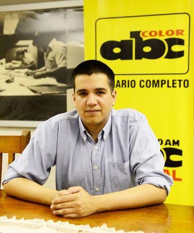 José Cabrera forja su camino entre la pluma y el escenario