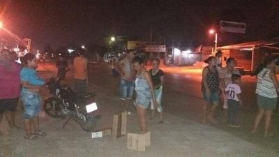HOY / Vecinos cerraron Acceso Sur por falta de energía y agua