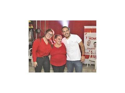 Chechito ofrece cerveza para captar votos de jóvenes