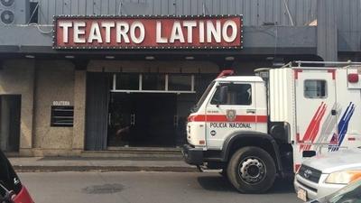 """HOY / Incendio en teatro: a pesar de que """"el show debe continuar"""", investigan si no fue provocado"""