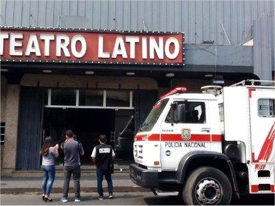 Bomberos controlan incendio en el Teatro Latino