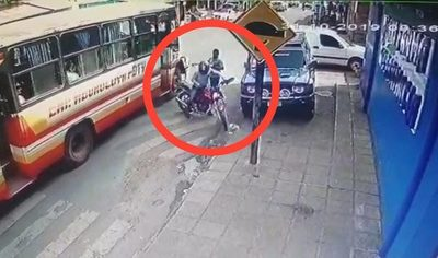 Roban motocicleta estacionada frente a farmacia en CDE