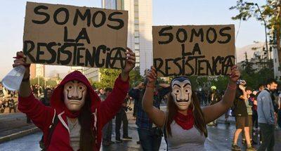 Disfraces y algunos disturbios marcan las protestas en Chile en el día de Halloween