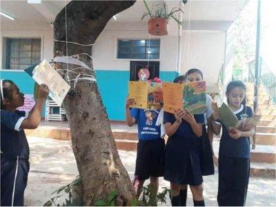 """Árboles """"atrapan"""" a chicos con sus libros"""