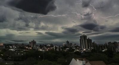 HOY / Domingo con lluvias y tormentas en todo el país