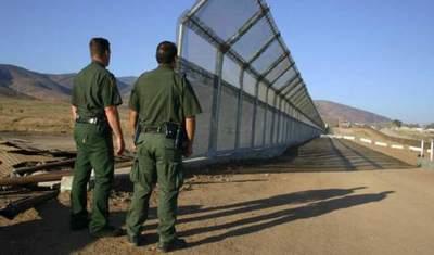 Traficantes rompen con sierras el muro fronterizo de EE. UU