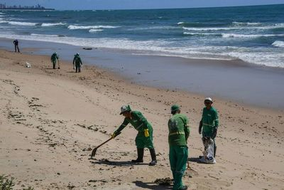 Brasileños temen que petróleo impacte el turismo, incluso tras limpieza de playas