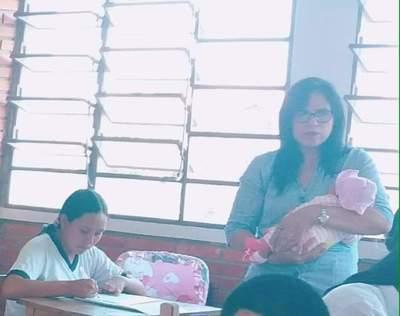 Docente cuidó de un bebé mientras los padres rendían un examen