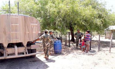 Militares reparten agua en Fuerte Olimpo