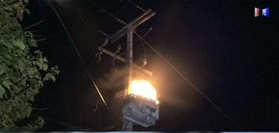 Transformador explotó, ardió en llamas y dejó sin luz a un vecindario