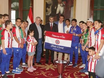 Mario Abdo a campeones de fútbol de salón: 'Paraguay está para ser primero y ustedes hoy lo demuestran'