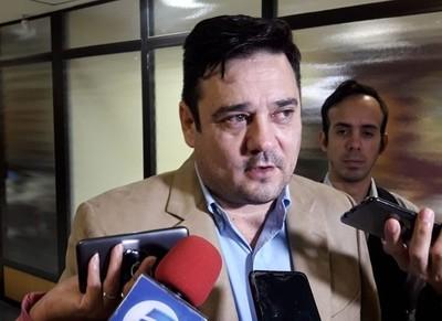'Estoy con las bolas rotas de la pelea entre Blas Llano y Efraín Alegre', afirma senador liberal