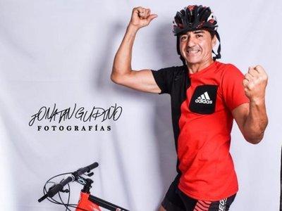 Hincha de Colón viaja en bici para la final de la Sudamericana