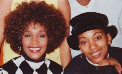 HOY / Mejor amiga de Whitney Houston dice que mantuvieron una relación sentimental