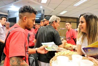Reciben a jugadores de la final de la Sudamericana con danzas, cocido y chipa