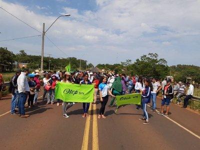 Pobladores de Arroyito cierran ruta contra obras fantasmas