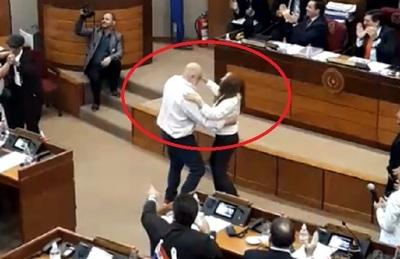 Payo y Zulma bailan polca en plena sala del Senado