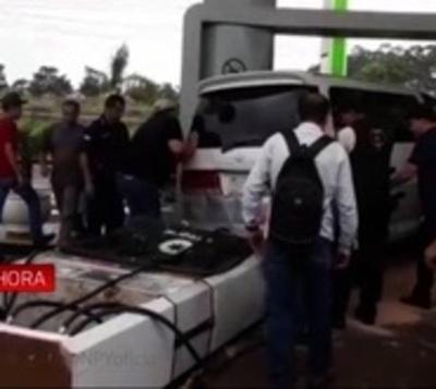 Tumbó un expendedor de combustible al confundirse de pedal