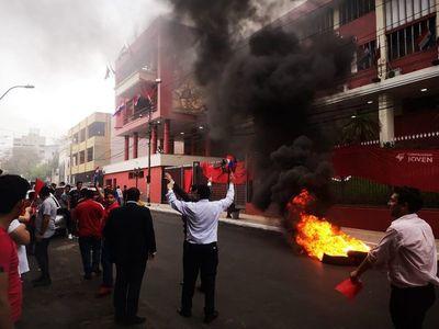 Jóvenes queman cubiertas contra resolución de tribunal partidario de ANR