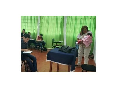 Profe alzó a la beba de su alumna para que pueda rendir