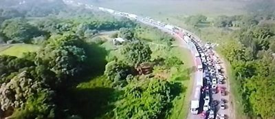 Comenzó la invasión sabalera: kilómetros de fila para ingresar a Paraguay