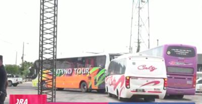 Más de 300 buses repletos de hinchas argentinos aguardan cruzar la frontera