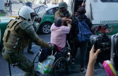 Policía le quitó silla de ruedas a persona sin una pierna en medio de las manifestaciones en Chile