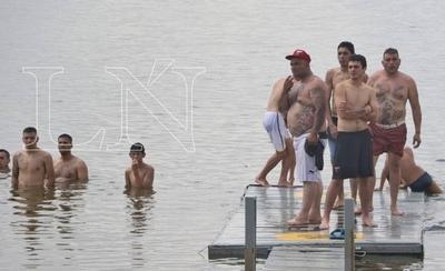 HOY / Hinchas argentinos hacen frente al calor en aguas de la Bahía, pese a la alta contaminación