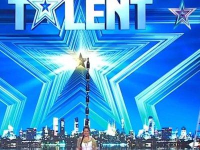Paraguaya deslumbra en Got Talent con danza de la botella